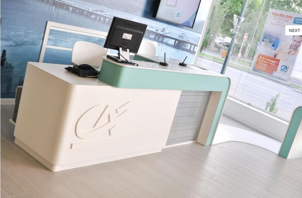 Banque d'accueil en Corian® avec logo incrusté
