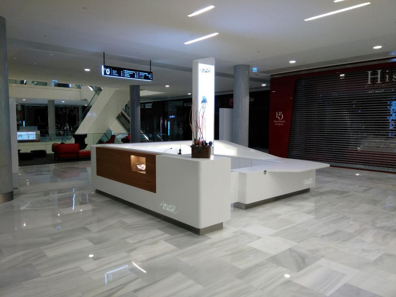 Banque d'accueil en Corian® avec logo rétroéclairé