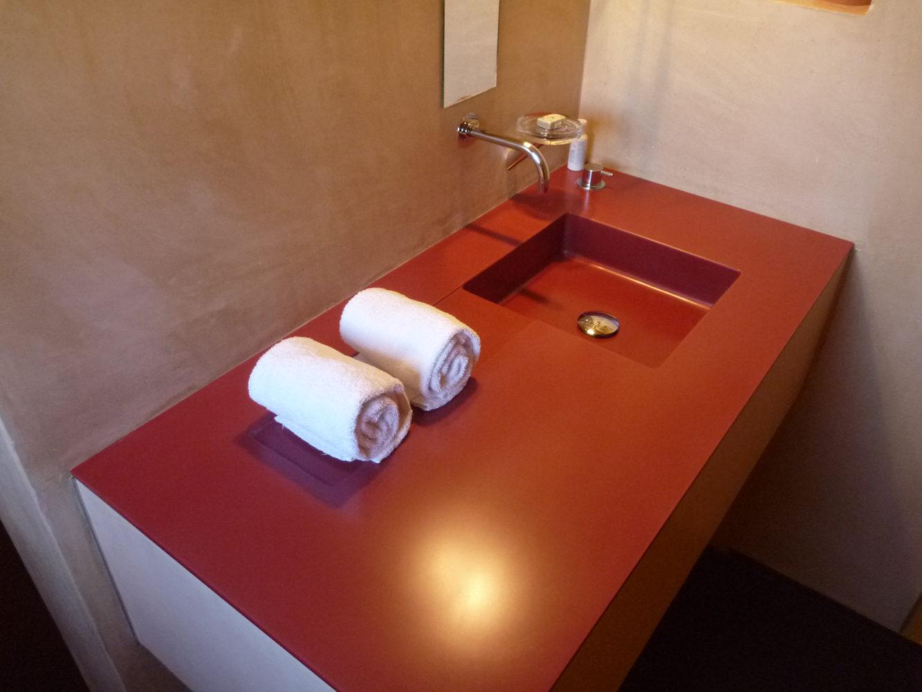 Meuble vasque rouge en Corian®